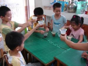 孩子體驗用食品添加物製造汽水